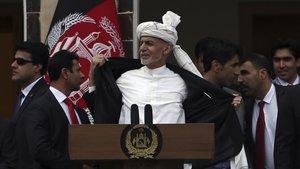 El presidente de Afganistán, Ashraf Ghani, muestra que no lleva chaleco antibalas durante la ceremonia de toma de posesión en Kabul.