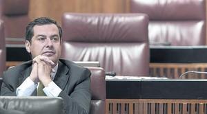 Elpresidente del PP andaluz, Juan Manuel Moreno, durante la intervención de Díaz.