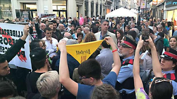 El presidente del PPC, Xavier García Albiol, increpado en Badalona este lunes, día de Sant Jordi.