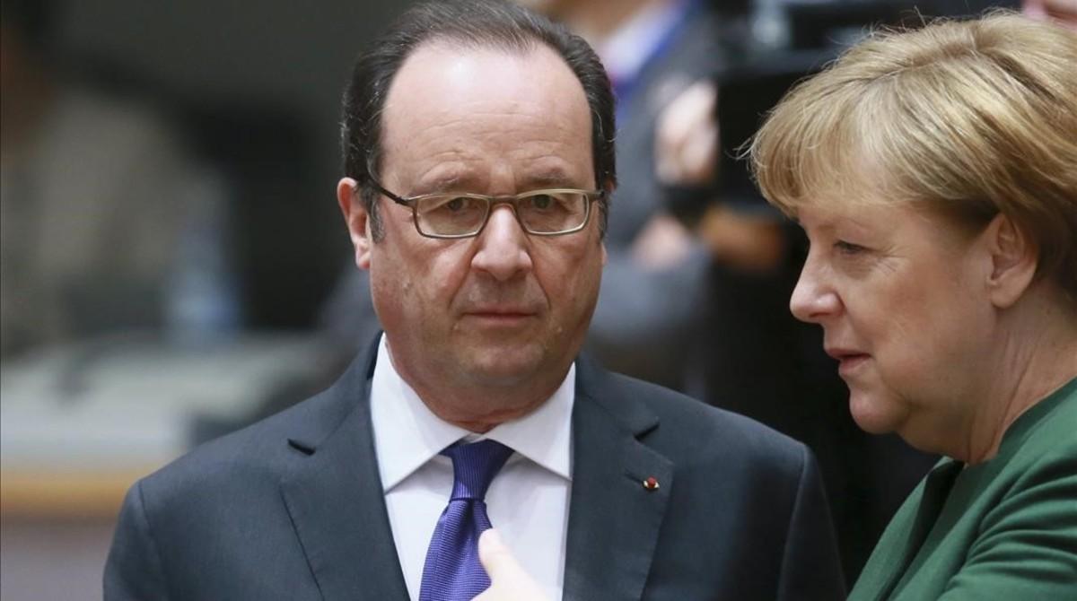 El presidente francés, François Hollande, charla con la cancillera alemana, Angela Merkel, en Bruselas, el 10 de marzo.