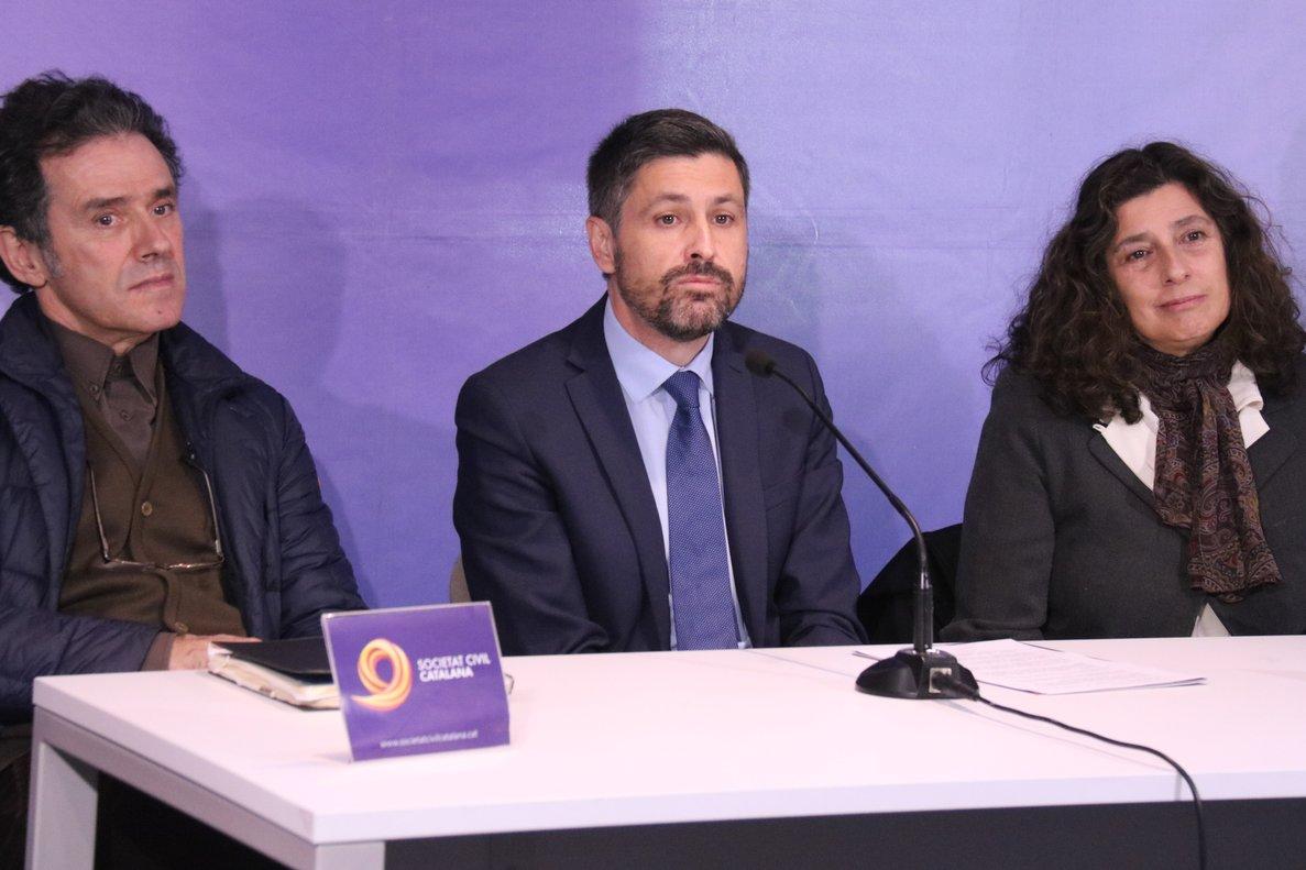 El presidente de Societat Civil Catalana, José Rosiñol, con miembros de la junta directiva.