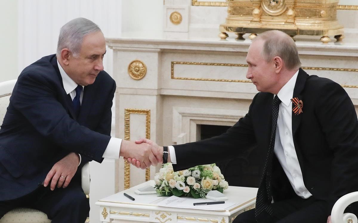 El primer ministro israelí, Benjamin Netanyahu, y el presidente ruso, Vladimir Putin, se estrechan la mano durante un encuentro el pasado mayo en Moscú.