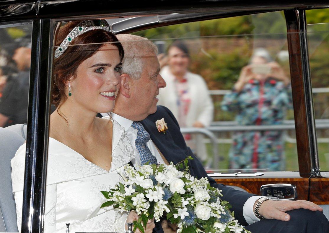 La princesa Eugenia de York, junto a su padre, el príncipe Andrés, a su llegada en coche al castillo de Windsor.