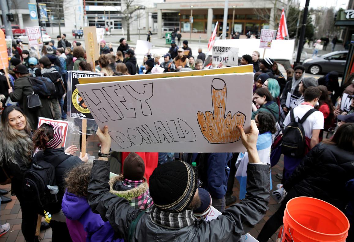 Un activista contrario a Trump en Seattle.
