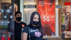 Publicidad de la tecnología del 5G en una tienda de telefonía en Barcelona.