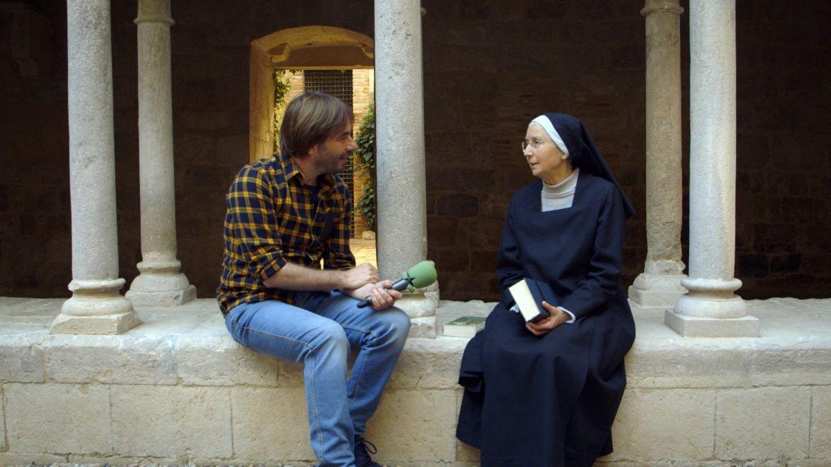Quim Masferrer, con una religiosa del convento de San Daniel, en El foraster (TV-3).