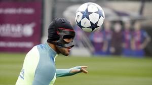 Rafinha golpea el balón con la cabeza, pese a la máscara, en la sesión de este domingo.