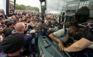 Refugiats pugen a un autocar a prop de Heiligenkreuz, a la frontera entre Àustria i Hongria, ahir.