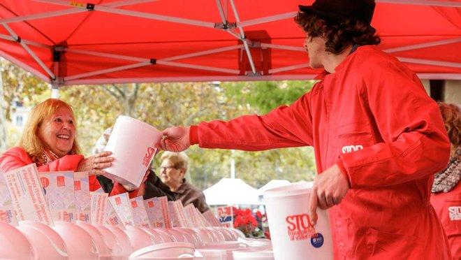 Reparto de papeleras de baño en una acción de la campaña Stop toallitas al váter.