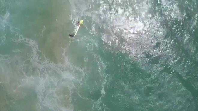 Rescatan con un dron a dos surfistas en Australia