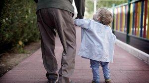Un anciano con una niña pequeña.
