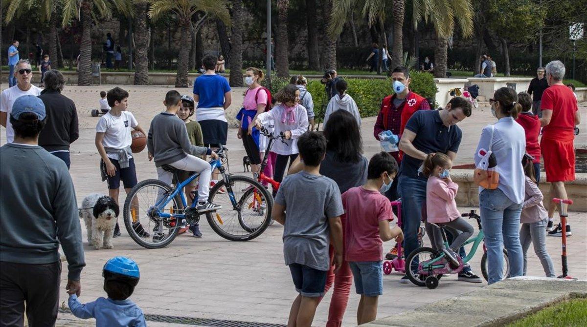 Un rio de niñosen el jardín del Túria de Valencia, el primer día de desconfinamiento para menores de 14 años.