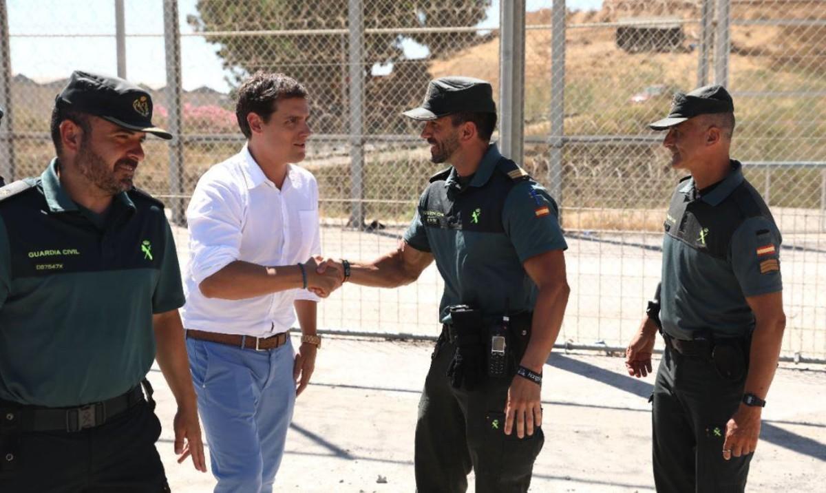 Albert Rivera, durante su visita a la valla fronteriza de Ceuta.