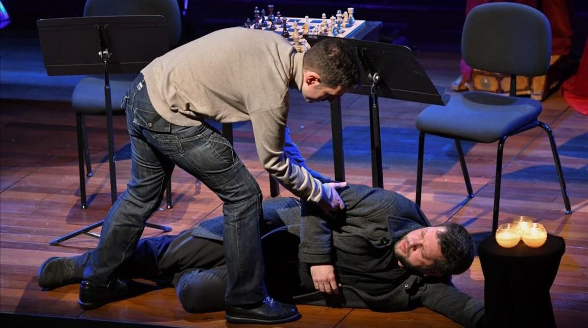 Beñat Egiarte y Roger Padullés escenifican un momento de la ópera todavía inédita Walter Benjamin, de Antoni Ros Marbà,durante el concierto de la serie Off Liceu,el 23 de febrero, en el Foyer del teatro.