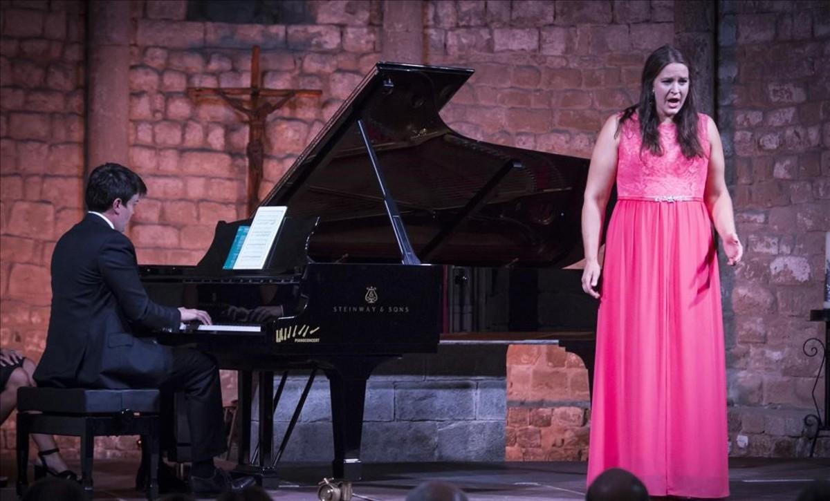 La soprano noruega Lise Davidsen, acompañada al piano por James Baillieu, durante su actuación en la Schubertíada de Vilabertran.