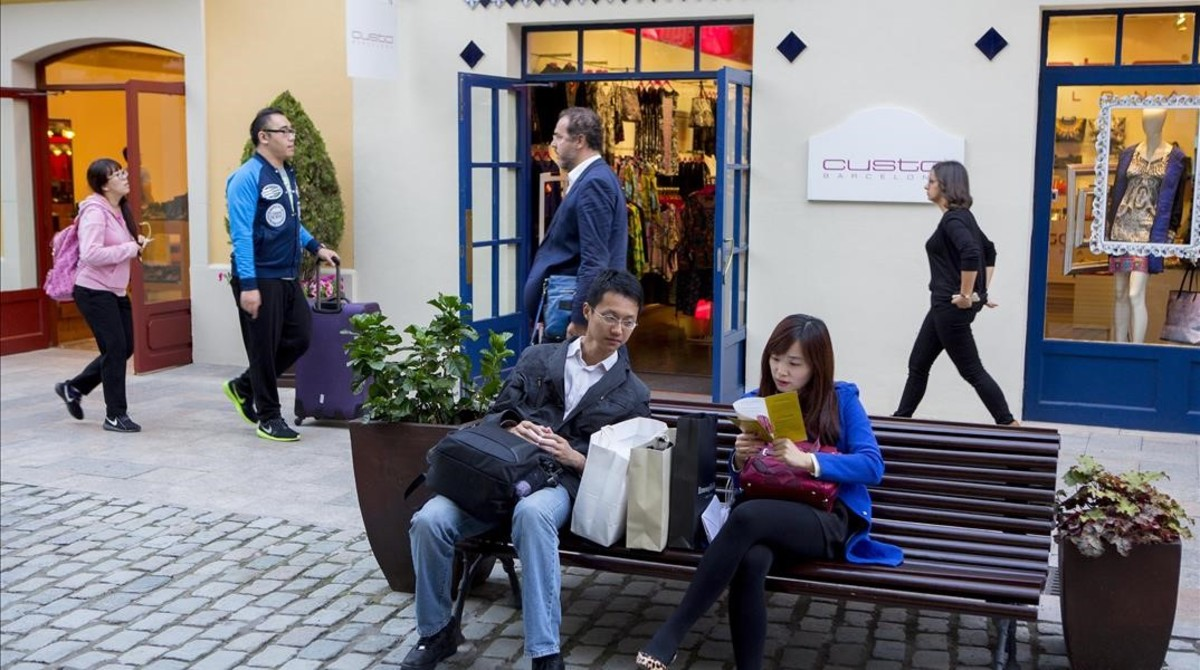 Turistas chinos, de compras en el centro comercial La Roca Village.