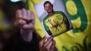 Un aficionado del Nantes con una fotografía de Emiliano Sala.