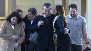 El expresidente del F.C. Barcelona Sandro Rosell, acusado de blanquear 20 millones de euros de la Confederación Brasileña de Fútbol, sale este miércoles de la cárcel junto a su esposa y otros miembros de la familia.