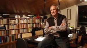 El periodista Salvador Alsius, en su casa donde vive en comunidad.