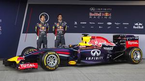 Sebastian Vettel y Daniel Ricciardo posan junto al RB10, el nuevo coche de Red Bull, en el circuito de Jerez.