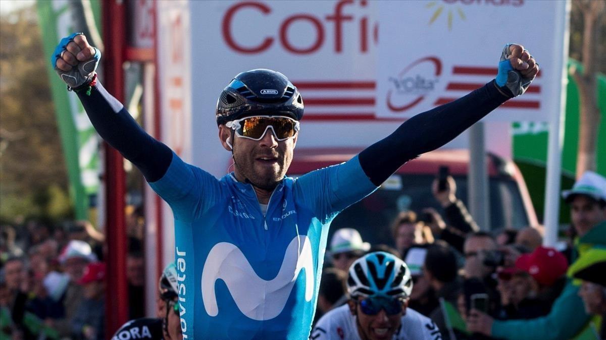 Alejandro Valverde levanta los brazos en Valls.