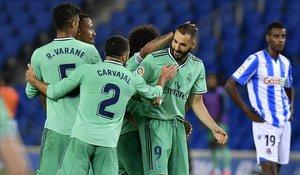 Los jugadores del Madrid celebran el tanto de Benzema en Anoeta.