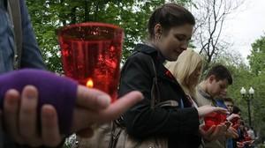 Un grupo de moscovitas sostienen unas velas rojas en el Día Internacional del Sida.