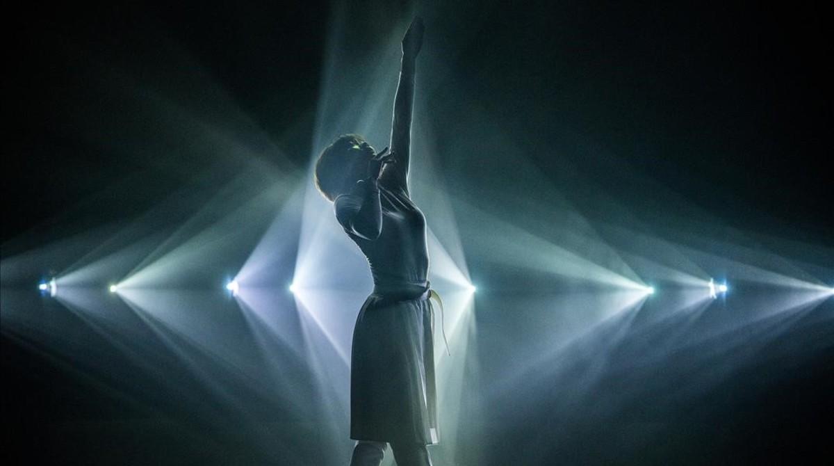 Una bailarina del grupo de danza Eleven Play interactuando con la instalación Phosphere creada porDaito Manabe.
