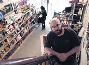 Adrià Rodríguez, en la librería Sons of Gutenberg, que también sirve como galería y teatro.