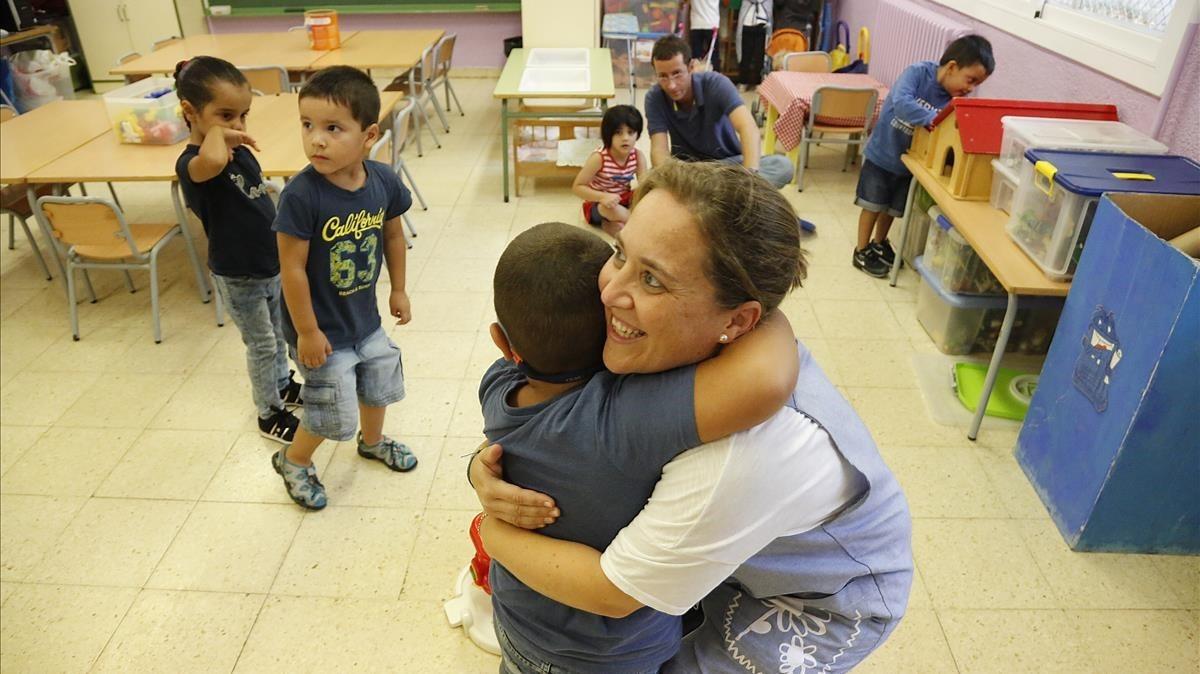 Tània recibe a sus alumnos de P-4, en la escuela El Til.ler de Barcelona.