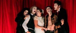 Cinco jóvenes actores y cantantes dan vida a los personajes de Poe.