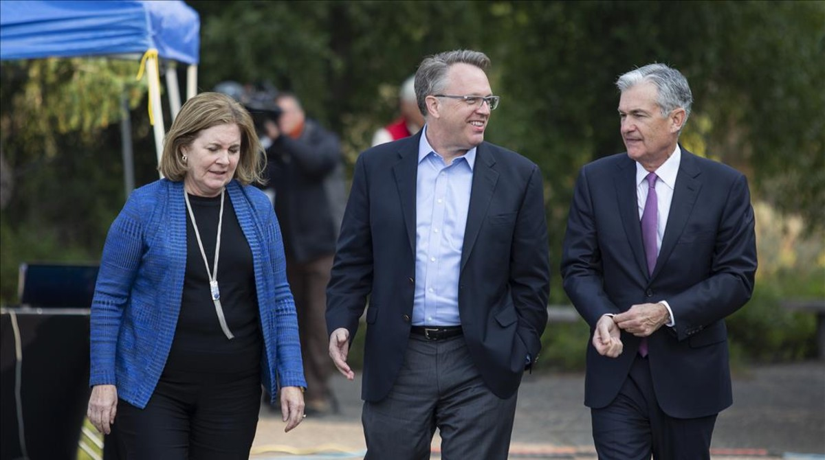 Los presidentes de los bancos centrales de Kansas City, Esther George y de New York, John Williams, conversan con el presidente de la Fed, Jerome Powell, en Jakson Hole.