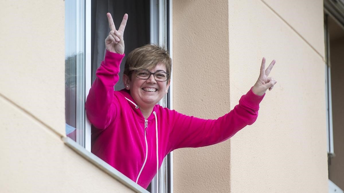 Tere Gómez, en la ventana de su domicilio tras superar el coronavirus.