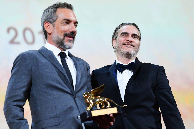 Todd Phillips sujeta el León de Oro junto al actor Joaquin Phoenix.