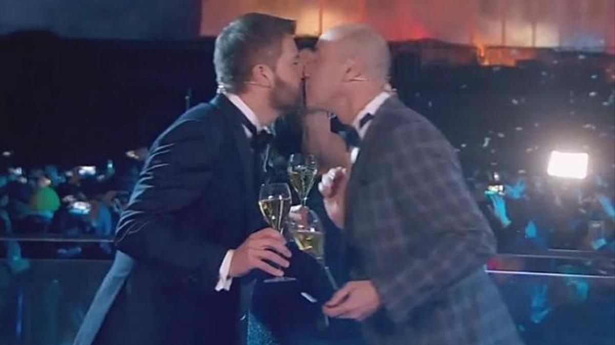 El beso de Toni Cruanyes y Tomàs Molina, en TV-3.
