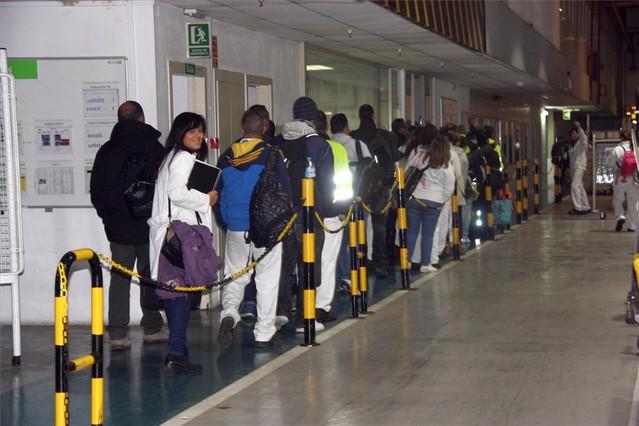 Trabajadores de Valeo entran a trabajar este lunes a la planta de Martorelles.