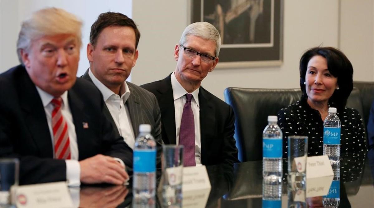 Trump (izquierda) junto a Peter Thiel (PayPal), Tim Cook (Apple) y Safra Catz (Oracle), durante la reunión en la Trump Tower, en Nueva York, este miércoles.