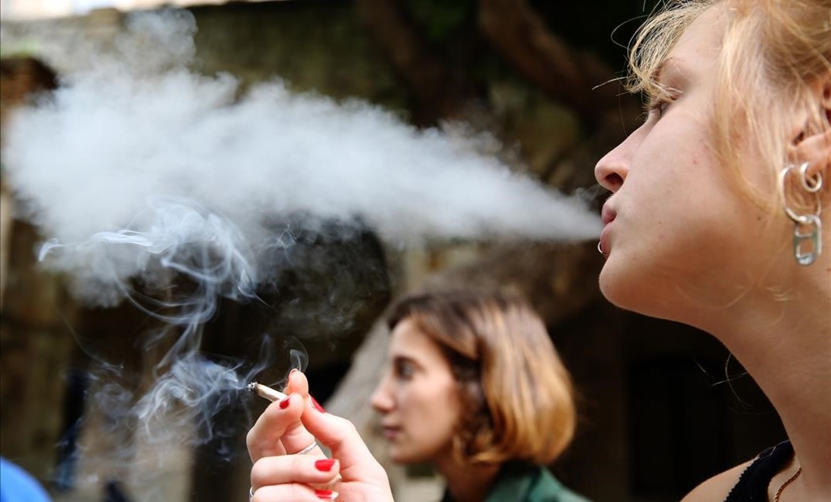 Una joven fumando.