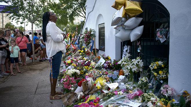 Una mujer en el memorial alzado al lado de la iglesia, en Charleston.