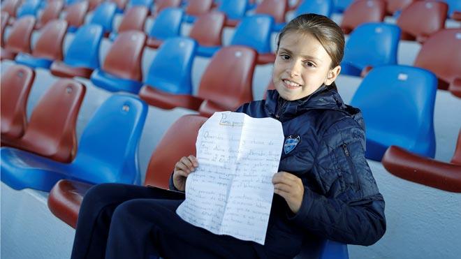 Una niña escribe aPaninipara que haga un álbum de cromos de fútbol femenino.
