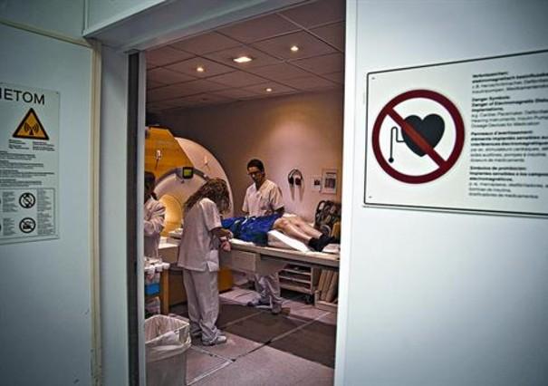 Una paciente se somete a una resonancia magnética en el Hospital del Vall dHebron.