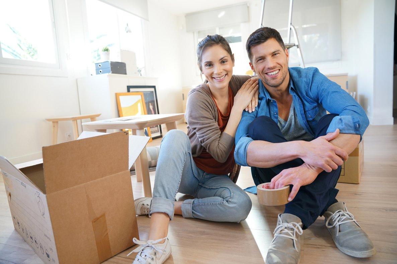 Una pareja en su nueva casa.