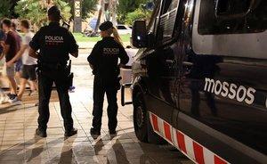 Una patrulla de los Mossos d'Esquadra en la Barceloneta.