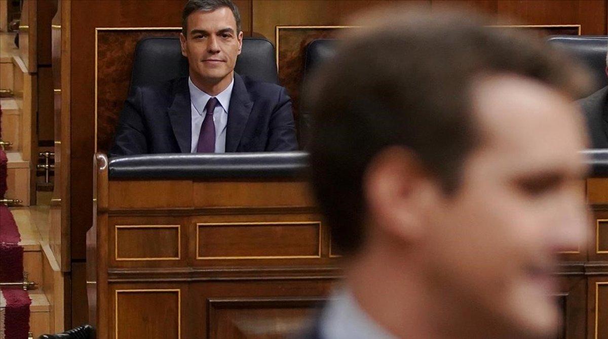 El líder del PP, Pablo Casado, pasa ante el presidente del Gobierno, Pedro Sánchez.