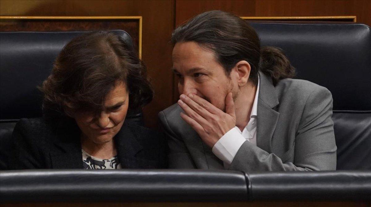 La vicepresidenta primera, Carmen Calvo, con el vicepresidente segundo, Pablo Iglesias
