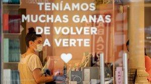 Una trabajadora prepara la tienda para abrir, en Madrid, el pasado día 18 de mayo.