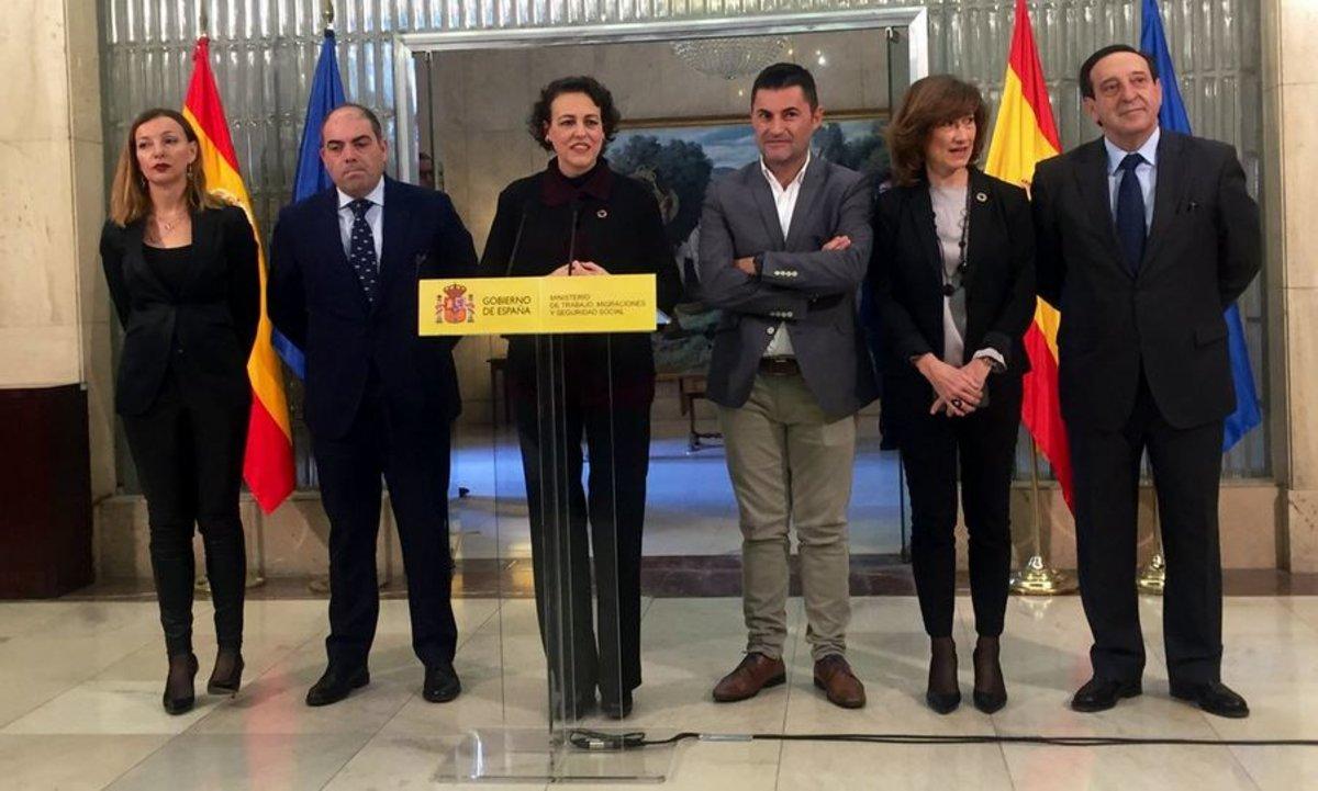 La ministra de Trabajo, Migraciones y Seguridad Social, Magdalena Valerio, con las distintas asociaciones de autónomos para la firma del acuerdo de finales del año pasado.