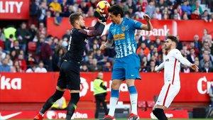 Vaclik atrapa el balón ante Savic en el Sánchez Pizjuán.