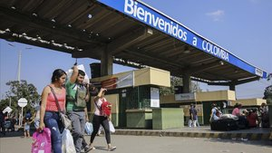 Tránsito de personas cargadas de enseres y alimentos en el puenteSimón Bolivar que une la ciudad colombiana de Cúcuta con Venezuela.