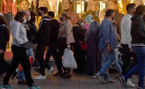 Viandantes con mascarilla en una calle comercial de Barcelona, este sábado 17 de octubre.